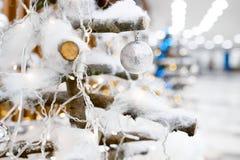 Adorne el árbol de navidad con los juguetes Foto de archivo libre de regalías
