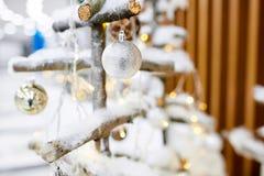 Adorne el árbol de navidad con los juguetes Fotos de archivo libres de regalías