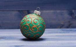 Adorne el árbol de navidad con los juguetes tradicionales Símbolo de los días de fiesta del Año Nuevo y de la Navidad Celebre la  fotos de archivo libres de regalías