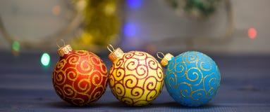 Adorne el árbol de navidad con los juguetes tradicionales Símbolo de los días de fiesta del Año Nuevo y de la Navidad Varias deco foto de archivo