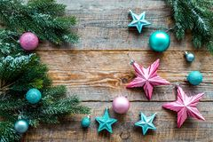 Adorne el árbol de navidad Las estrellas rosadas y azules y las bolas cerca del pino ramifican en copyspace de madera de la opini Imagen de archivo