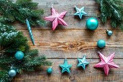 Adorne el árbol de navidad Las estrellas rosadas y azules y las bolas cerca del pino ramifican en copyspace de madera de la opini Fotografía de archivo libre de regalías