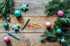 Adorne el árbol de navidad Las estrellas rosadas y azules y las bolas cerca del pino ramifican en copyspace de madera de la opini Fotos de archivo libres de regalías