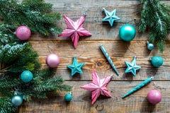 Adorne el árbol de navidad Las estrellas rosadas y azules y las bolas cerca del pino ramifican en la opinión superior del fondo b Fotos de archivo