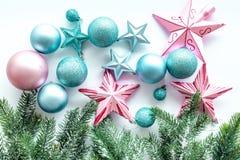 Adorne el árbol de navidad Las estrellas rosadas y azules y las bolas cerca del pino ramifican en la opinión superior del fondo b Foto de archivo libre de regalías
