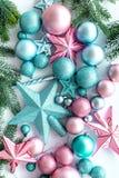 Adorne el árbol de navidad Las estrellas rosadas y azules y las bolas cerca del pino ramifican en la opinión superior del fondo b Imagen de archivo