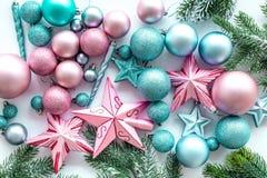 Adorne el árbol de navidad Las estrellas rosadas y azules y las bolas cerca del pino ramifican en la opinión superior del fondo b Imágenes de archivo libres de regalías