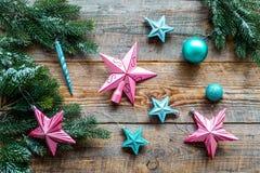 Adorne el árbol de navidad Las estrellas rosadas y azules y las bolas cerca del pino ramifican en la opinión superior del fondo d Imagen de archivo