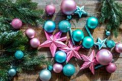 Adorne el árbol de navidad Las estrellas rosadas y azules y las bolas cerca del pino ramifican en la opinión superior del fondo d Imagen de archivo libre de regalías