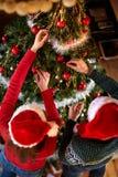 Adorne el árbol de navidad por tiempo de la Navidad Foto de archivo libre de regalías