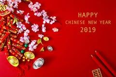 Adorne el Año Nuevo chino 2019 en un fondo rojo (caracteres chinos Fu en el artículo refiera a la buena suerte, riqueza, flujo de fotografía de archivo
