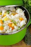Adorne el arroz con las diversas verduras Fotografía de archivo