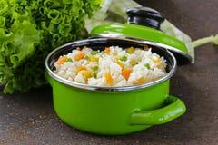 Adorne el arroz con las diversas verduras Imagenes de archivo