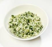 Adorne - el arroz hervido con las hierbas, primer, en el fondo blanco Fotos de archivo libres de regalías