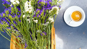Adorne el café con la flor en el cubo Imágenes de archivo libres de regalías
