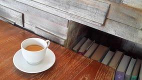 Adorne el café con la flor en el cubo Imagen de archivo libre de regalías