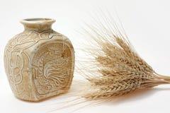 Adorne el florero y el whild de cerámica Imágenes de archivo libres de regalías