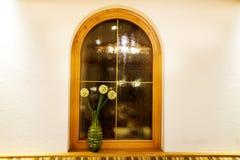 Adorne el interior y la ventana del comedor en el restaurante Fotos de archivo libres de regalías