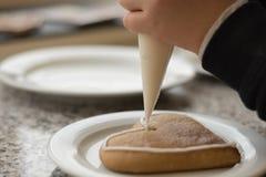 Adorne el pan de jengibre con la formación de hielo Fotos de archivo libres de regalías