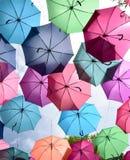 Adorne el paraguas colorido que cuelga, fondo fotografía de archivo libre de regalías
