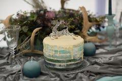 Adorne el pastel de bodas con las flores del invierno Imagen de archivo libre de regalías