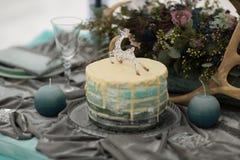 Adorne el pastel de bodas con las flores del invierno Imagen de archivo