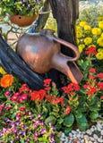 Adorne el tarro en el jardín de flores Foto de archivo