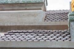 Adorne el tejado de tejas de la loza de barro Fotografía de archivo