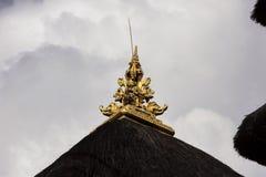 Adorne el tejado, templo hindú, pueblo Toyopakeh, Nusa Penida Indonesia Fotografía de archivo libre de regalías