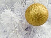Adorne la bola de oro Imagen de archivo