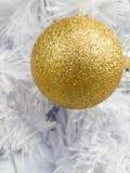 Adorne la bola de oro del centelleo Fotografía de archivo libre de regalías