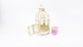 Adorne la caja de la linterna del metal blanco con el vidrio de la vela colorida Fotos de archivo libres de regalías