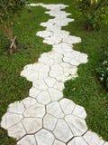 Adorne la calzada en el jardín con la hierba verde Imagen de archivo libre de regalías