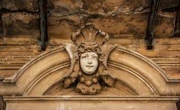 Adorne la cara en la casa vieja cara antigua del bajorrelieve Imágenes de archivo libres de regalías