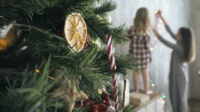Adorne la casa para la Navidad almacen de video