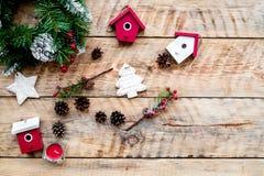 Adorne la casa para la Navidad Guirnalda y juguetes en copyspace de madera ligero de la opinión superior del fondo Fotografía de archivo