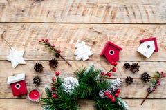 Adorne la casa para la Navidad Guirnalda y juguetes en copyspace de madera ligero de la opinión superior del fondo Foto de archivo libre de regalías