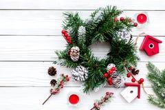 Adorne la casa para la Navidad Guirnalda y juguetes en el copyspace de madera blanco de la opinión superior del fondo Fotos de archivo