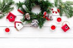 Adorne la casa para la Navidad Guirnalda y juguetes en el copyspace de madera blanco de la opinión superior del fondo Imagenes de archivo