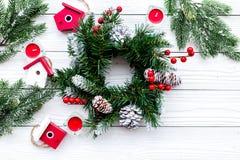 Adorne la casa para la Navidad Guirnalda y juguetes en el copyspace de madera blanco de la opinión superior del fondo Foto de archivo