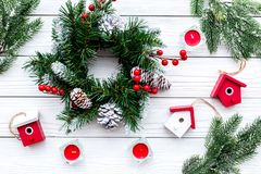 Adorne la casa para la Navidad Guirnalda y juguetes en la opinión superior del fondo de madera blanco Fotografía de archivo libre de regalías