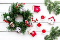 Adorne la casa para la Navidad Guirnalda y juguetes en la opinión superior del fondo de madera blanco Imagenes de archivo