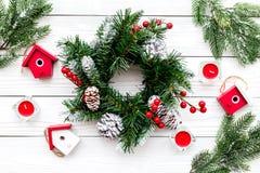 Adorne la casa para la Navidad Guirnalda y juguetes en la opinión superior del fondo de madera blanco Fotos de archivo