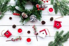 Adorne la casa para la Navidad Guirnalda y juguetes en la opinión superior del fondo de madera blanco Imagen de archivo