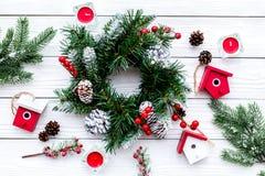 Adorne la casa para la Navidad Guirnalda y juguetes en la opinión superior del fondo de madera blanco Fotografía de archivo