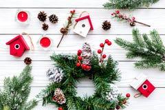 Adorne la casa para la Navidad Guirnalda y juguetes en la opinión superior del fondo de madera blanco Imágenes de archivo libres de regalías