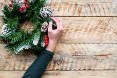 Adorne la casa por vacaciones de invierno Guirnalda de la Navidad en copyspace de madera ligero de la opinión superior del fondo Fotos de archivo libres de regalías