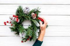 Adorne la casa por vacaciones de invierno Guirnalda de la Navidad en el copyspace de madera blanco de la opinión superior del fon Fotos de archivo libres de regalías