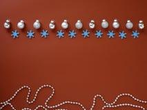 Adorne la Navidad y el Año Nuevo en fondo rojo foto de archivo libre de regalías