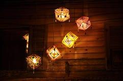 Adorne la noche del cubo de la caída de la lámpara Imagenes de archivo